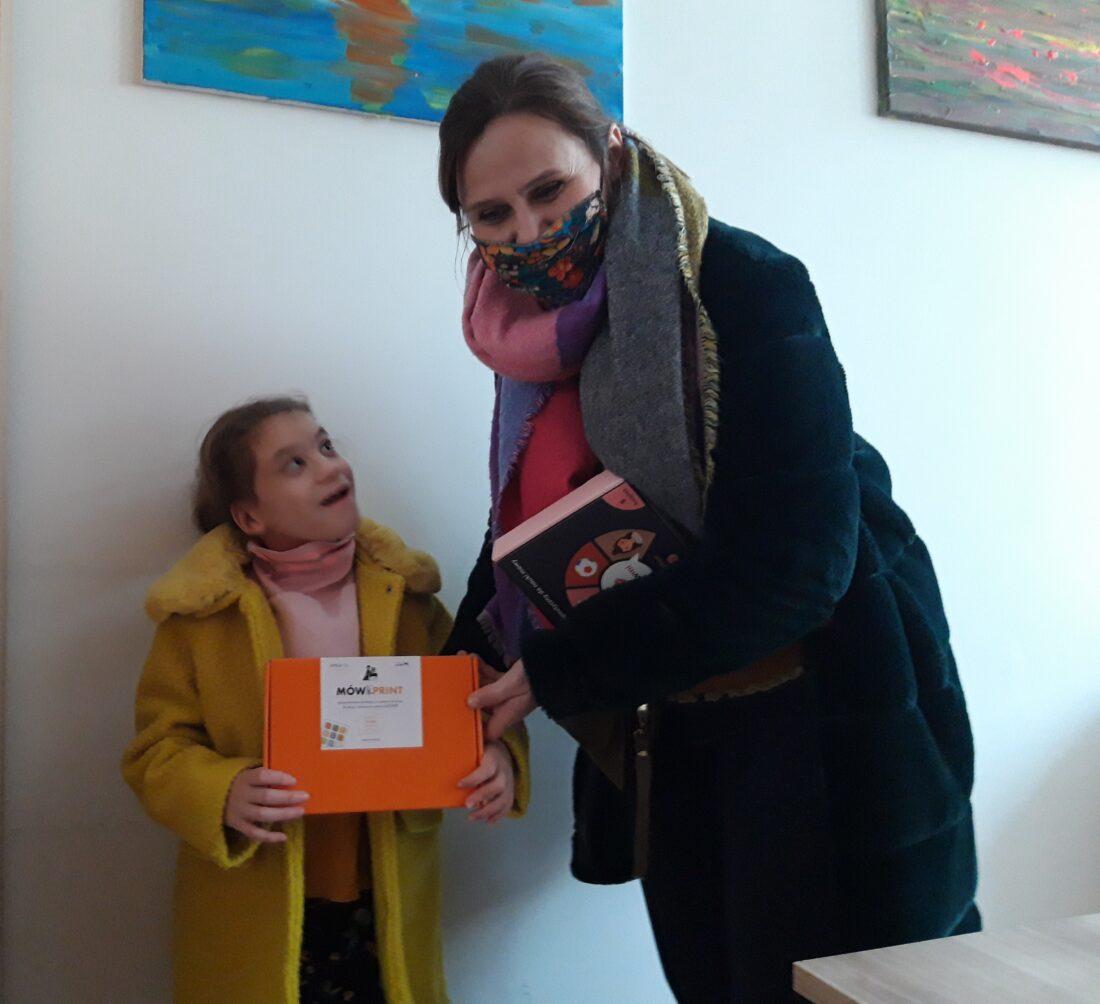 Zdjęcie: Nikola (z lewej) i Beata Potocka (z prawej) z rodzinnego domu dziecka otrzymały oprogramowanie dla dzieci z niepełnosprawnościami do prowadzenia zajęć w domu.