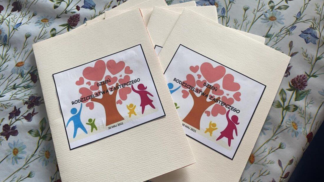 Zdjęcie: Na zdjęciu ręcznie wykonane kartki z indywidualnymi życzeniami, które trafią do wszystkich gdyńskich rodzin zastępczych