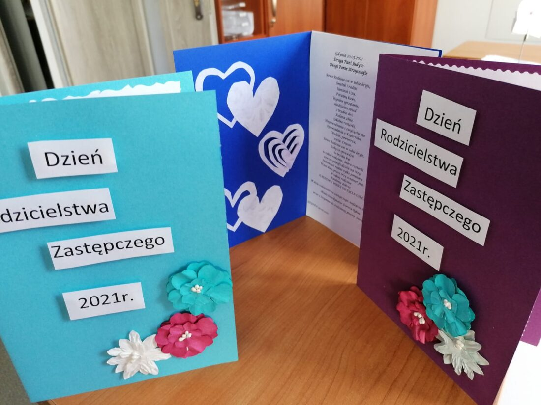 Zdjęcie: Na fotografii ręcznie wykonane kartki z indywidualnymi życzeniami, które trafią do wszystkich gdyńskich rodzin zastępczych
