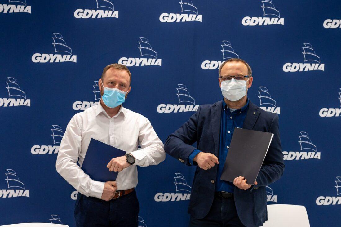 Zdjęcie: Od lewej Andrzej Kryske ze studia projektowego K.A.S.P. z Poznania i Maciej Warszakowski, zastępca dyrektora Laboratorium Innowacji Społecznych, po podpisaniu umowy