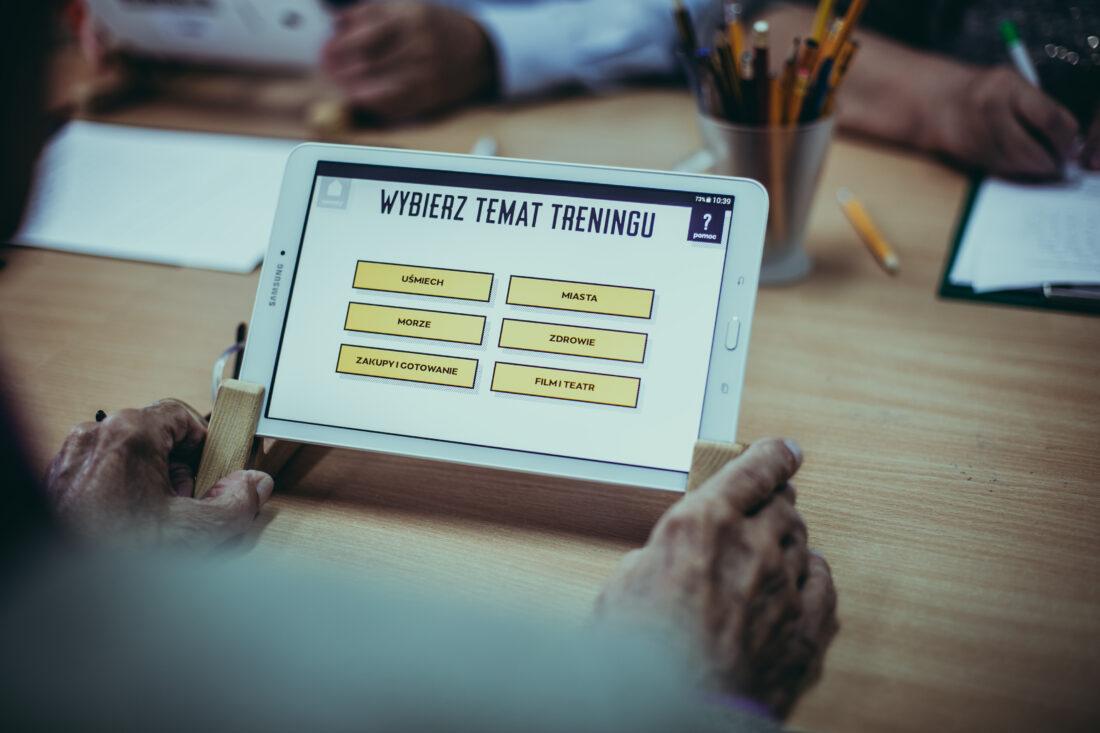 Zdjęcie: Gdyńskie ośrodki wsparcia zapewniają m.in. treningi pamięci dla seniorów, z wykorzystaniem aplikacji MEMO, które służą stymulowaniu funkcji poznawczych.