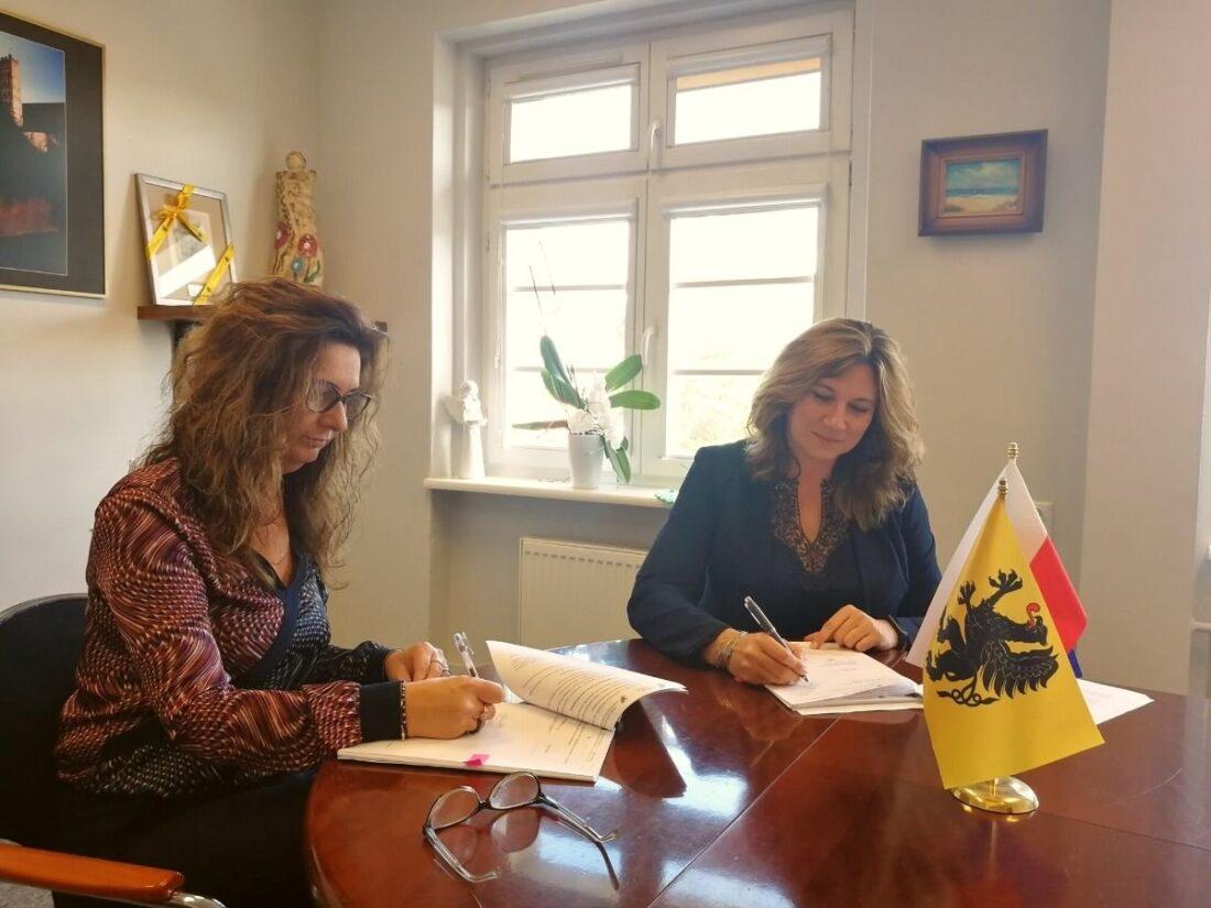 Zdjęcie: Katarzyna Weremko, Dyrektor Regionalnego Ośrodka Polityki Społecznej Urzędu Marszałkowskiego Województwa Pomorskiego i Katarzyna Stec, dyrektor Miejskiego Ośrodka Pomocy Społecznej w Gdyni podpisały umowę na realizację projektu